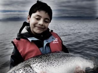 Diego sosteniendo salmón Australis